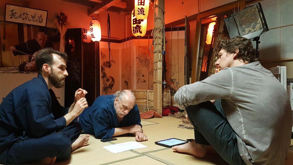 Harukumo, Ropeknight und Osada Steve diskutieren Konzepte für den Shibari-Unterricht.